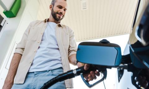 Ceny paliw na stacjach lekko w dół. Podwyżki w rafineriach