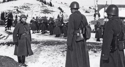 Powitanie oddziału węgierskiego przy posterunku polskim, w 1939 r.