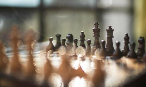 """""""Gambit królowej"""", czyli szachy podbijają świat. Ile można zarobić na królewskim sporcie?"""