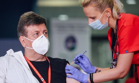 NIL: zaszczepiono niespełna połowę lekarzy