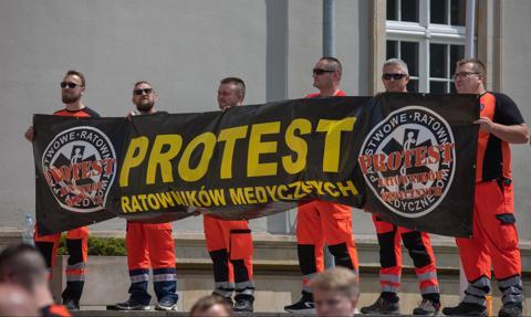 Karetki stoją. SOR-y są zamykane. Ratownicy medyczni walczą o godne płace