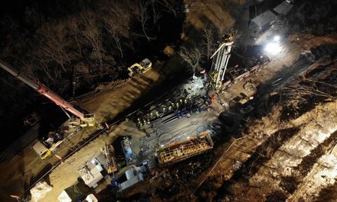 Żyje 12 górników, uwięzionych od tygodnia w kopalni złota w Chinach