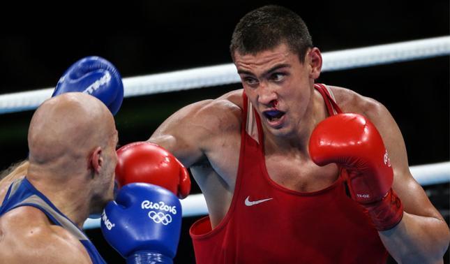Bokser Jewgienij Tiszczenko (z prawej) zdobył złoty medal na igrzyskach w Rio