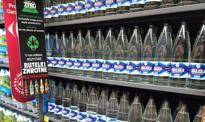 Carrefour wprowadza wodę w szkalnych litrowych butelkach