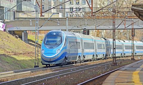 Epidemia ograniczyła wakacyjne podróże Polaków pociągami