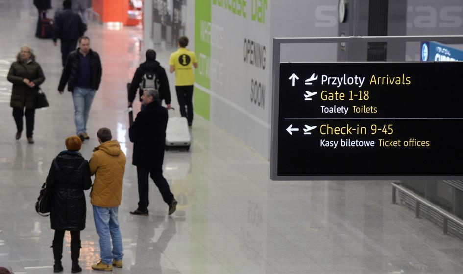 Pasażer lotu z Chicago do Polski z paszportem PRL