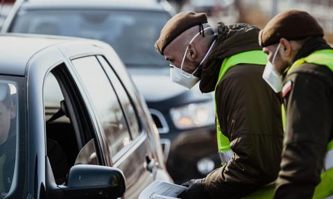 Czechy: Osoby na kwarantannie głosują z samochodu