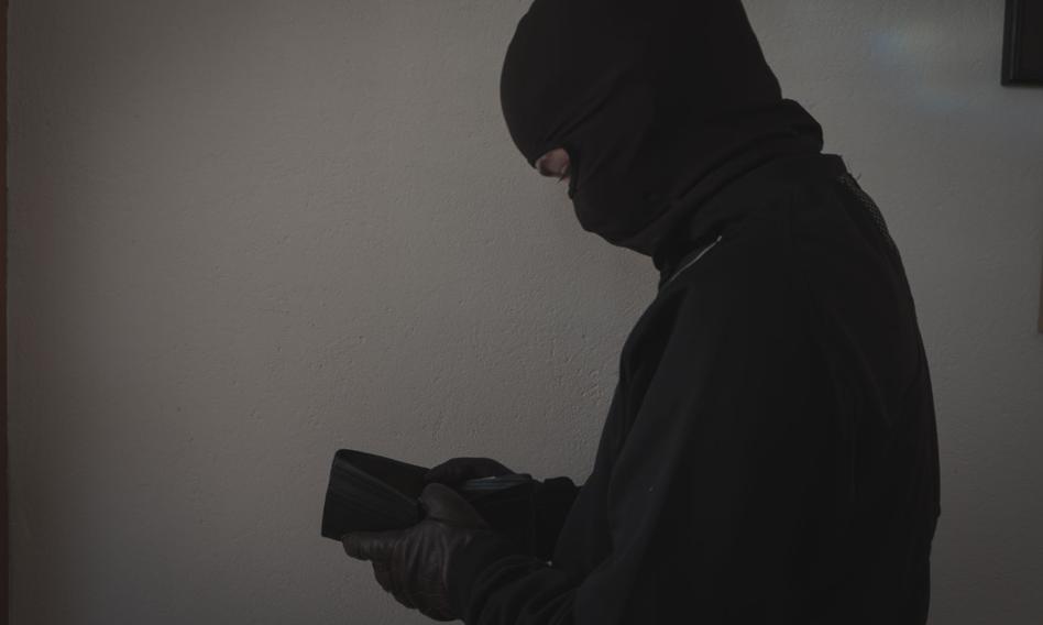 Ukradli seniorowi 600 zł; podczas ucieczki wyrzucili plecak z dziesiątkami tysięcy