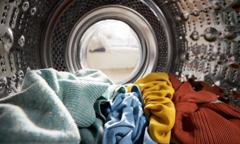 Wskazówka prania na metce spodni wywołała oburzenie Włoszek