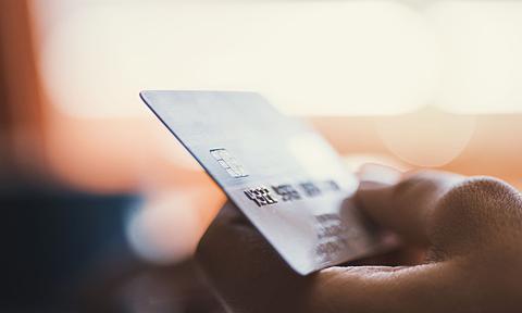Oszuści chcą więcej. Wzrosła wartość operacji oszukańczych kartami płatniczymi