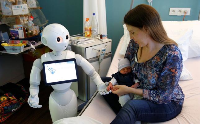 """Robot """"Pepper"""" trzyma dłoń nowonarodzonego dziecka w belgijskim szpitalu w Ostend"""
