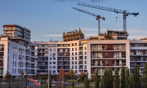 Podwyżki cen mieszkań w ofertach nie odpuszczają. Kolejne granice padły [Nowy raport]
