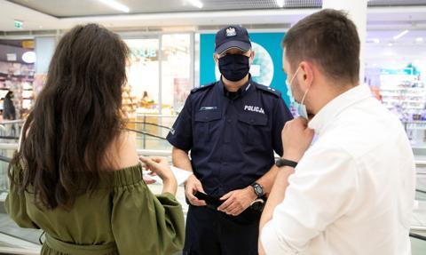 Sondaż: Polacy chcą kar za brak maseczki