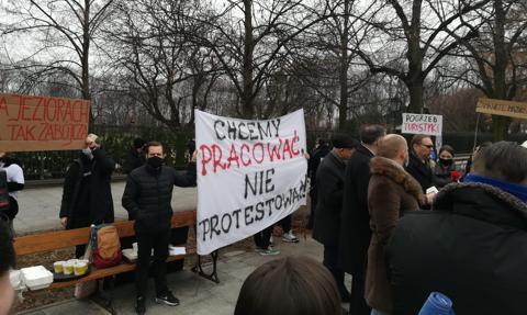 """""""Chcemy pracować, nie protestować"""". Strajk branży turystycznej z Warmii i Mazur"""