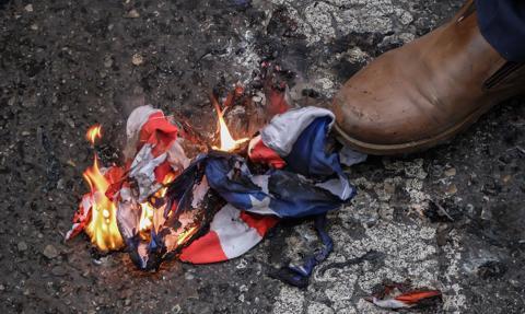Demonstranci w Nowym Jorku palili amerykańskie flagi