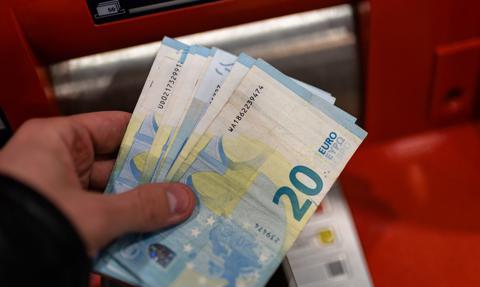 Jaką prowizję zapłacisz za wypłatę z bankomatu za granicą?