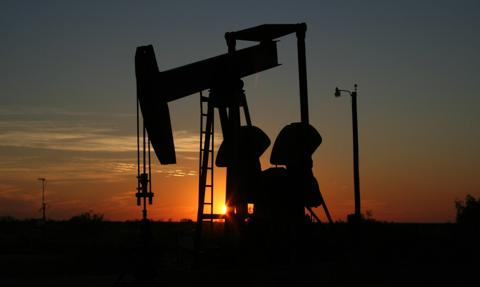 Ropa w USA nieznacznie odrabia straty z poprzedniego dnia