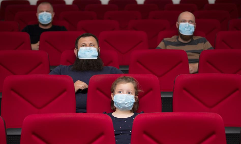 W 2020 r. liczba widzów w kinach stałych spadła o 68,4 proc. rdr