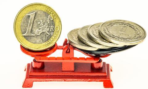 Kurs euro spadł poniżej 4,40 zł