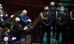Zamieszanie na sali sejmowej. Jarosław Kaczyński otoczony kordonem posłów PiS
