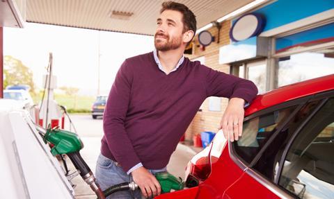 Ceny paliw coraz bliżej 5 zł/l. Tak drogo nie było od marca