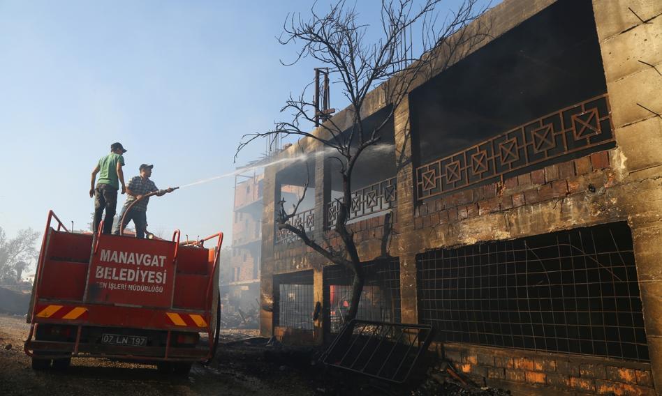 Turcja: 3 osoby zginęły w płonących lasach w turystycznej prowincji Antalya