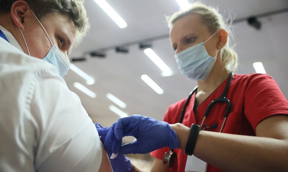 Szczepionki Pfizer i Astrazeneca skutecznie chronią przed wariantem Delta koronawirusa