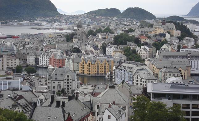 """""""Bogatsze miasta, takie jak Ålesund, budowane były z kamienia. Swoją obecną zabudowę miasto """"zawdzięcza"""" pożarowi, który całkowicie strawił poprzednią, drewnianą"""""""