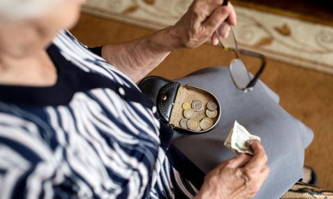 """""""Newsweek"""": Do 2040 r. średnia emerytura spadnie z 53 proc. przeciętnego wynagrodzenia do poniżej 40 proc."""