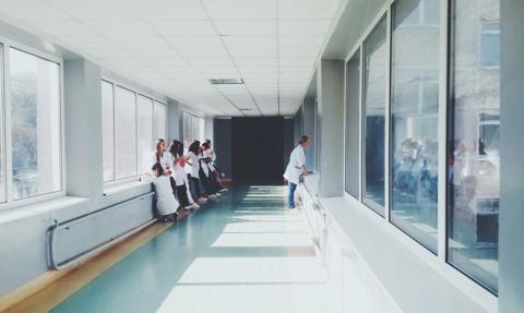 Rząd chce zachęcić studentów medycyny do pozostania w kraju. Szykuje korzystne kredyty dla zaocznych