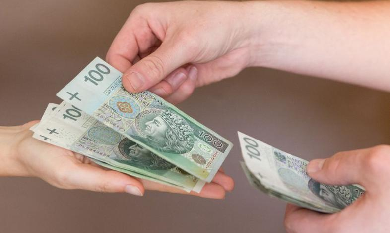 Przeciętna pensja w sektorze publicznym o 23% niższa niż w prywatnym