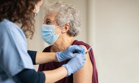 Rozpoczynają się szczepienia pensjonariuszy domów pomocy społecznej