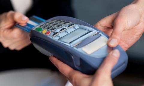 """Zdjęcie obrazujące: Psychologia kart kredytowych – """"kotwica"""" na wyciągu utrudnia wyjście z zadłużenia"""