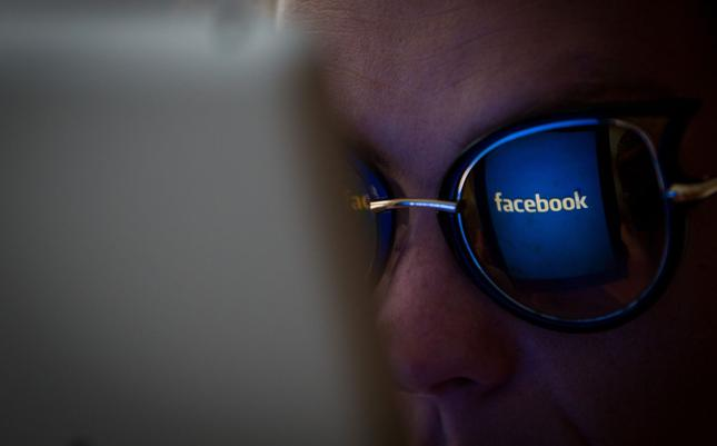 Facebook Marketplace wykorzystany do sprzedaży broni i narkotyków