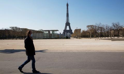 W Paryżu maseczki będą obowiązkowe również na zewnątrz