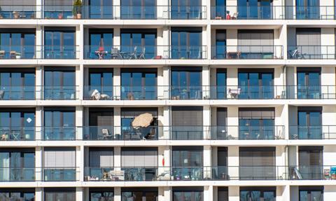 Gdzie kończy się prywatne mieszkanie, a zaczyna część wspólna? Życie w bloku i spory m.in. o balkony