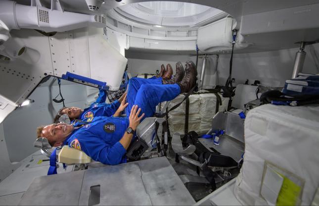 Astronauci NASA Josh Cassada i Suni Williams w środku statku Boeinga w tzw. pozycji startowej