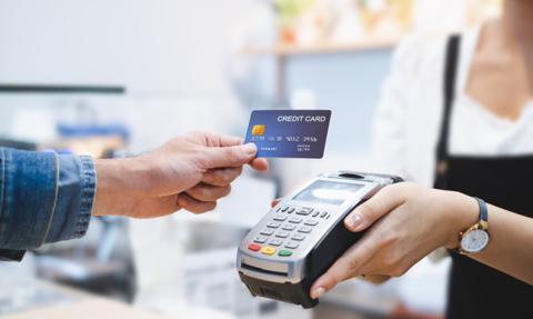Płatności bezgotówkowe wygrywają z wypłatą gotówki w bankomatach