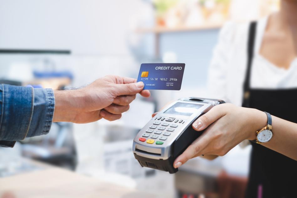 Płatność kartą za granicą. Jak płacić kartą za granicą i oszczędzać?