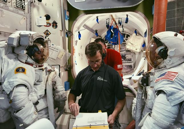 """Astronauci NASA Nicole Mann i Mike Fincke podczas szkolenia przez """"kosmicznego"""" specjalistę z Boeinga Chrisa Fergusona"""