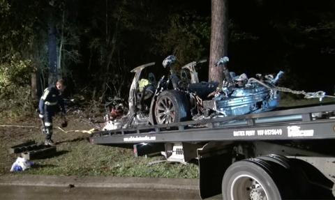 Samochód Tesli wjechał w drzewo. Dwie osoby zginęły