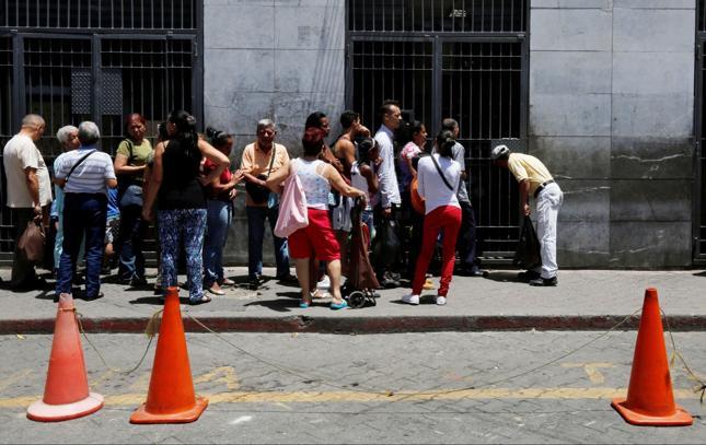 Kolejka do piekarni w Caracas, stolicy Wenezueli