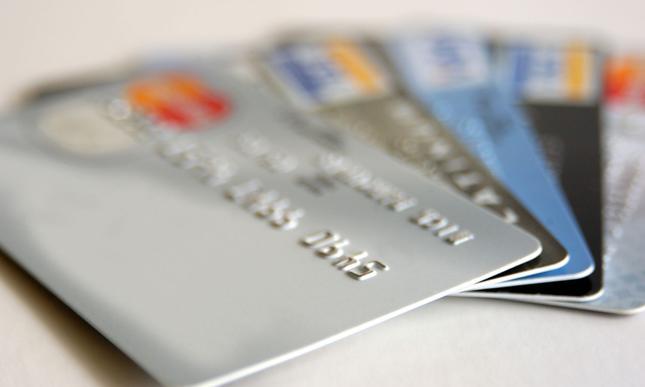 Banki nagradzają za posiadanie kart płatniczych