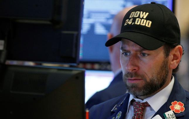 """Czapeczki z napisem """"Dow 24,000"""" - były aktualne zaledwie przez 35 dni."""