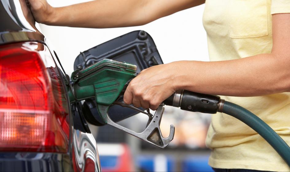 Ropa tanieje, benzyna drożeje. Dlaczego?
