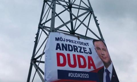 Na Giewoncie nielegalnie zawisł baner wyborczy Andrzeja Dudy