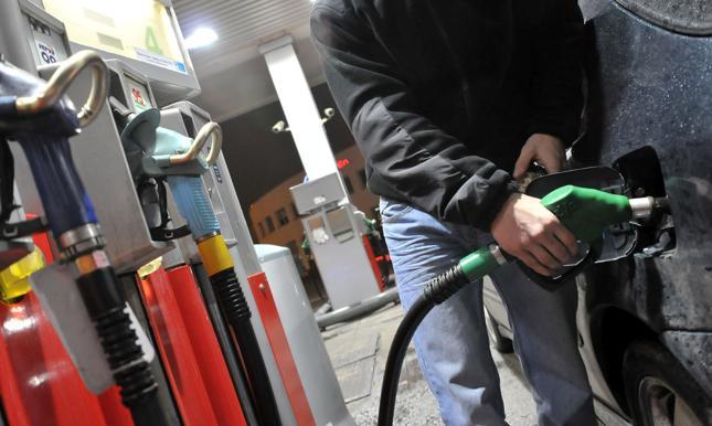 Rząd rozważa podwyżkę opłaty paliwowej