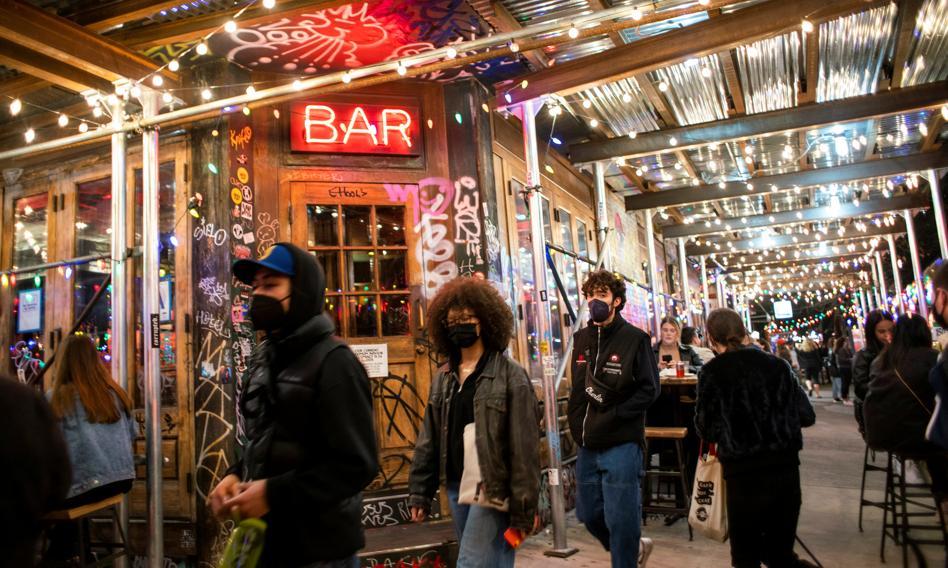 Restauracje w USA zadowolone z większej liczby klientów, kluby ze striptizem idą do sądu