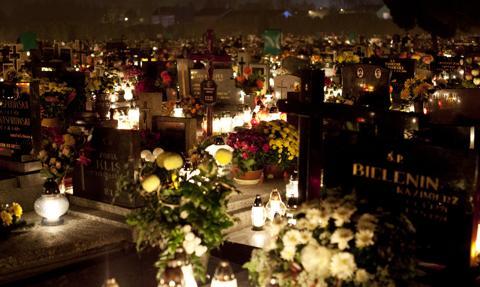 Tłumy na cmentarzach po decyzji rządu o zamknięciu nekropolii od soboty