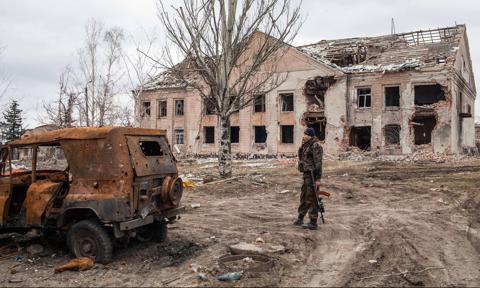 Konflikt w Donbasie. Ludzie ewakuowani do schronu po rosyjskim ostrzale